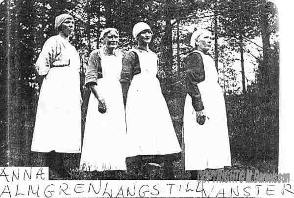 Anna gift Almgren arbetar som piga på en gård,här i tidsenlig klädsel