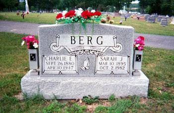 CHARLS E. BERGS (KARL ERIK BERGLUND) GRAVSTEN,   CLARENCE SANDERSONS KORT