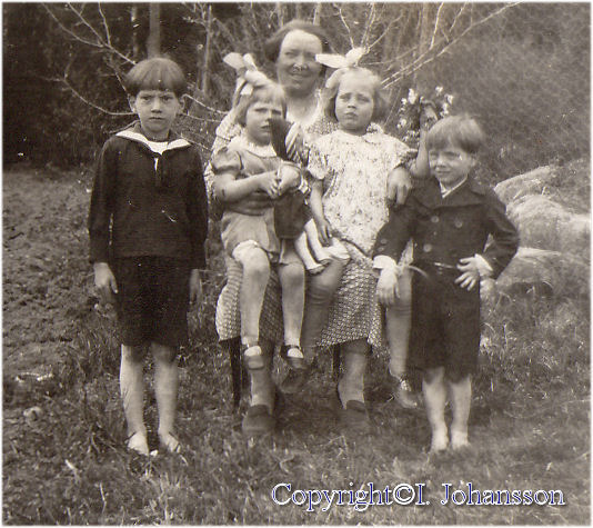 Anna Hellqvist (Gift Almgren) med barnbarnen Hasse Valdermansson, Margareta Danielsson, Ingalill Lindgren (gift Johansson) Ove Valdemarsson